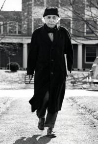 Einstein_walking_campus